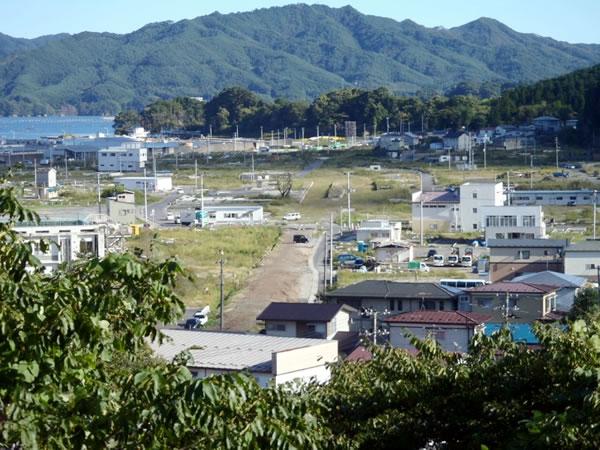 旧山田病院裏山付近より 写真中央JR山田線と陸中山田駅跡(10月撮影)