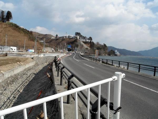 国道45号 宝来橋付近(震災により崩落し、復旧した道路)
