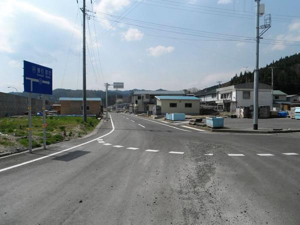 大沢 堤防前の道路
